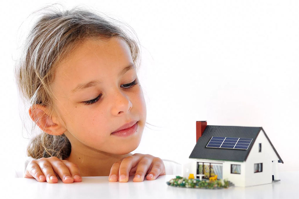 PEtite fille maison solaire